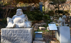 Buddha und Hund Statue Tempel Golgulsa