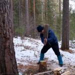 Micha hackt Holz