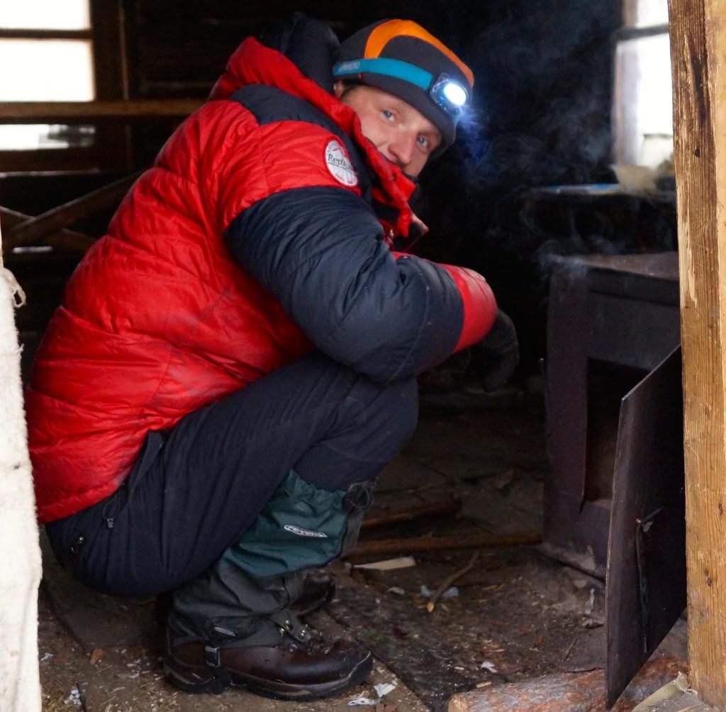 Dima beim Ofen anfeuern