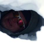 Dima entdeckt eine Schneehöhle