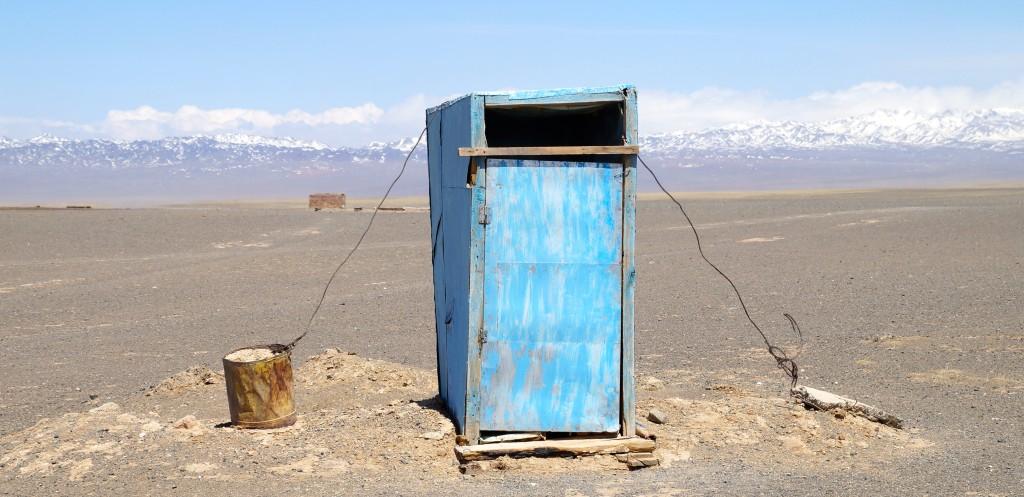 Wüste Gobi: gesichertes Klohäuschen