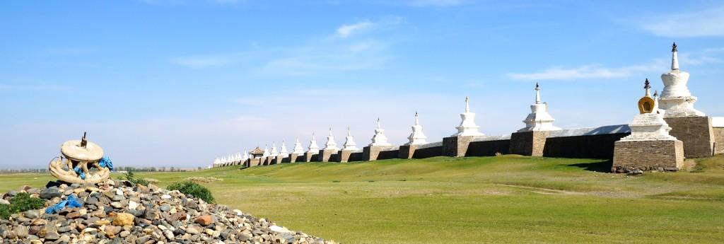 Mauer mit 108 Stupas