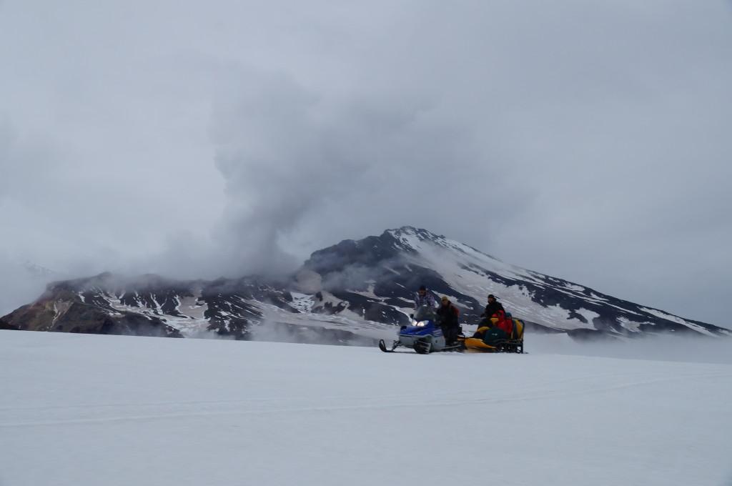 Rückfahrt mit Blick auf den dampfenden Vulkan